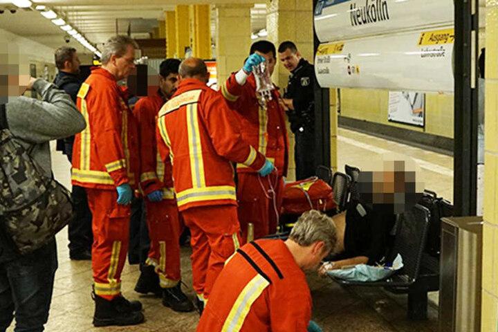 Einer der Verletzten wird im U-Bahnhof Neukölln mit einer Infusion stabilisiert.