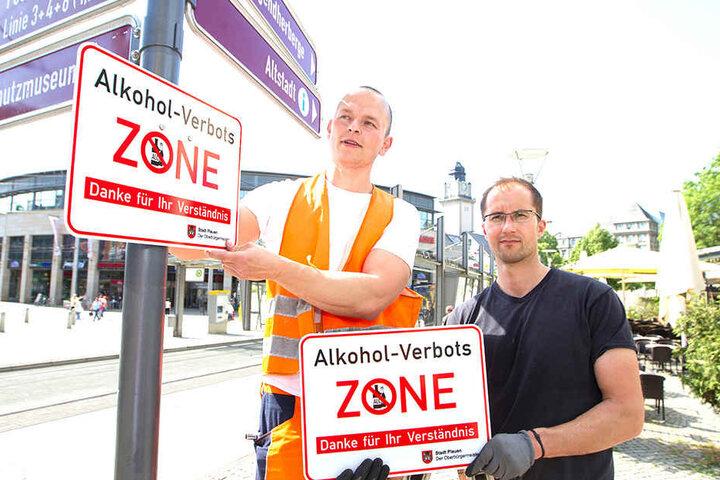 Tino Forkel und Marco Wunderlich vom Bauhof beschilderten im Mai den Postplatz. Das Alkoholverbot wird nun verlängert.
