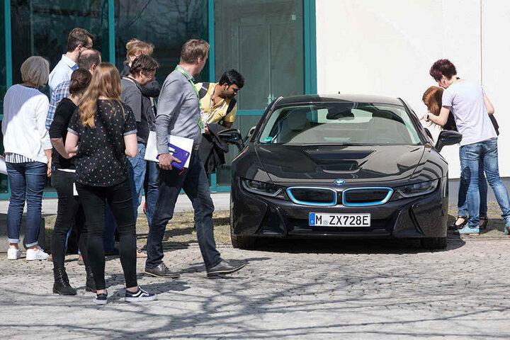 Zukunftsvision vor dem Dresdner GF-Werk: Ein i8 von BMW. Noch gibt es keine Autos mit GF-Chips aus Dresden.