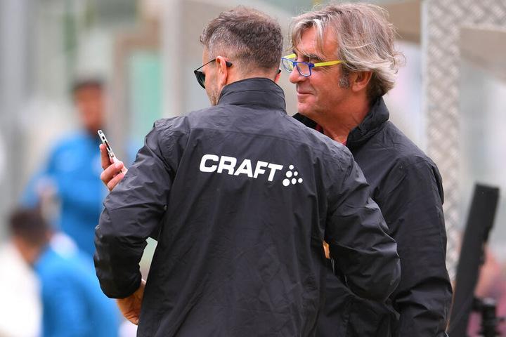 Hat sich der neue Stürmer schon per Telefon gemeldet? Ralf Minge (r.) mit Scout Kristian Walter.