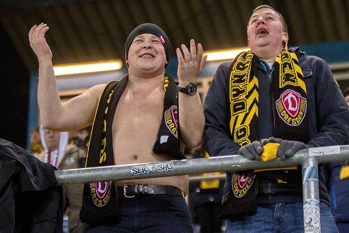 Einige schwarz-gelbe Fans sind ziemlich hartgesotten - so wie dieser (l.), der bei Bibberkälte in Bielfeld oben ohne zugange war.