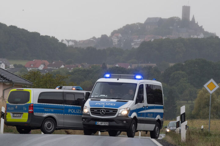 Die Straße am Vereinsheim wurde gleich von der Polizei dicht gemacht.
