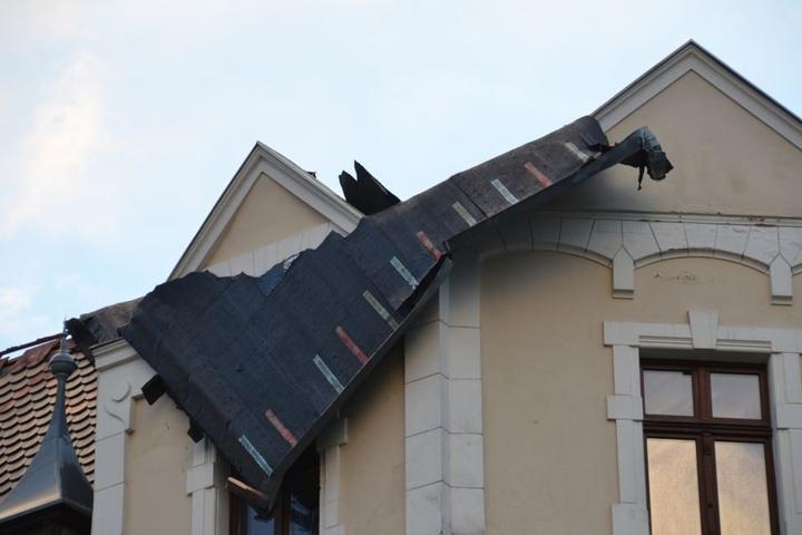 In Görlitz deckte das Unwetter bereits am Montagabend das Dach eines Wohnhauses ab.