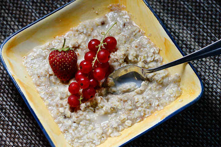 Eine Schale mit Haferflocken und Obst: Als Porridge wird's zum In-Frühstück.