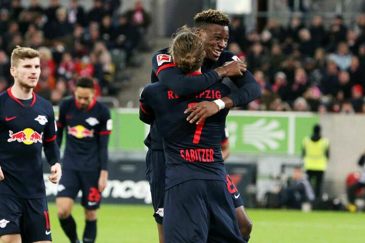 Nordi Mukiele umarmte Marcel Sabitzer freudig strahlend nach seinem Treffer zum 3:0.