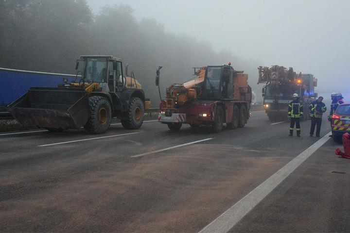 Mit schweren Maschinen musste die Unfallstelle aufgeräumt werden.