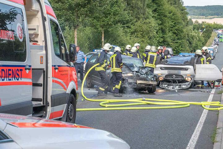 Einsatzkräfte versuchen die eingeklemmten Fahrer aus ihren Fahrzeugen zu schneiden.