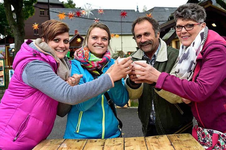 Bei schmuddeligem Herbstwetter genießen Heidi Kempe, Julia Richter und Gerhard und Angelika Weber (v.l.) den ersten Glühwein.