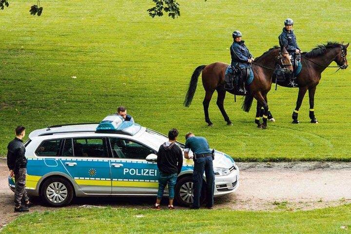 Im Alaunpark kontrolliert die Polizei teilweise zu Pferd, ob Drogenverkäufer hier ihre Geschäfte machen.