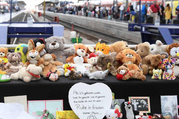 Trauernde legten Blumen, Stofftiere und Grußworte am Unglücksort ab, um dem verstorbenen Achtjährigen zu Gedenken.