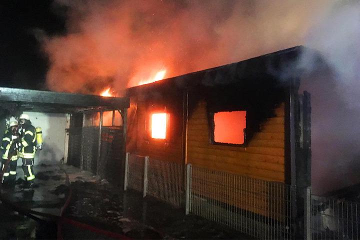 Es entwickelte sich viel Rauch. Das Haus ist momentan unbewohnbar.