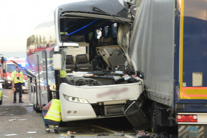 Der Unfall forderte 18 Verletzte, darunter neun schwer.