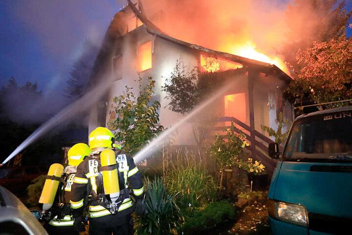 Die Feuerwehr löschte die meterhohen Flammen. Mama (38) und Sohn (3) kamen mit Rauchgasvergiftung ins Krankenhaus.