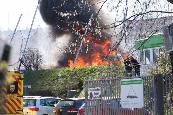 Auf dem Hof brennt abgelagertes Schüttgut.