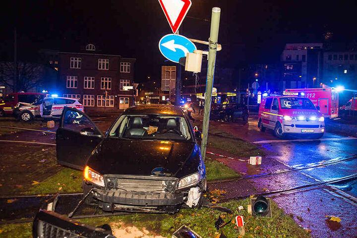 Der schwarze Volvo krachte gegen eine Ampelanlage und blockierte die Bahnschienen.