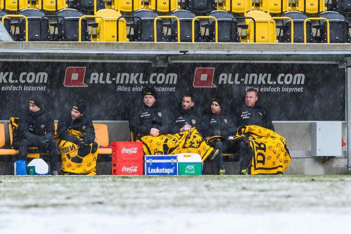 Dynamo-Coach Maik Walpurgis (r.) fror beim Test gegen Bautzen auf der Bank. Ab heute wird es zumindest etwas wärmer, aber wohl kaum trockener...