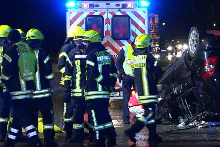 Einsatzkräfte der Feuerwehr retteten den 72-Jährigen aus dem Autowrack.