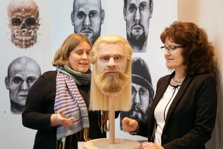 Kristina Scheelen (li.) Anthropologin und Steffi Burath vom LKA Sachsen-Anhalt betrachten den rekonstruierten Adeligen.