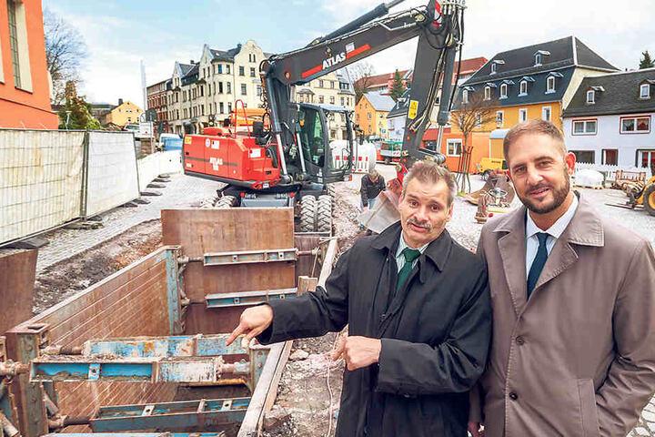 Steffen Heinrich (52, l.) zeigte gestern Limbachs OB Jesko Vogel (42, Freie Wähler) die Fortschritte an der Baustelle.