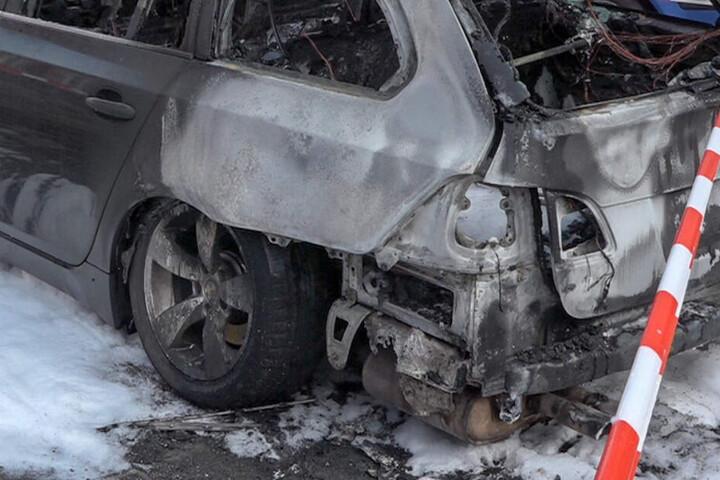 Der Fahrer kam mit seinem Auto von der Straße ab und krachte gegen einen Baum, dann ging das Auto in Flammen auf. (Symbolbild)