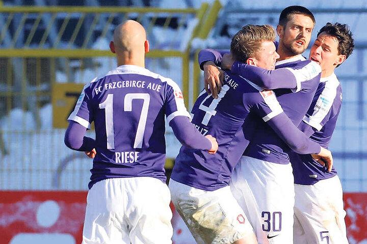Jubel nach dem einzigen Sieg gegen Heidenheim. Dimitrij Nazarov (Nummer 30) traf beim 2:1 im Januar 2017 gegen den FCH.