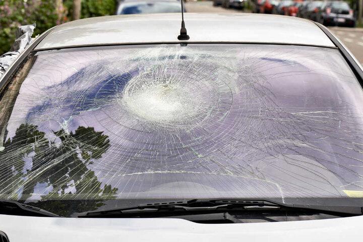 Die Windschutzscheibe eines Autos wurde von einem Steinbrocken zerstört. (Symbolbild)