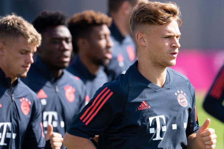 Joshua Kimmich (r.) soll beim FC Bayern München mit Leistungen überzeugen.