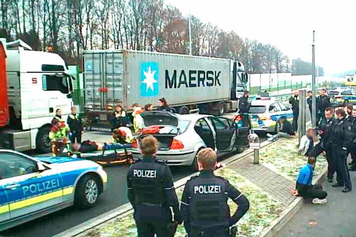Die Polizei und die verletzten Teilnehmer der Schlägerei auf dem Parklatz.