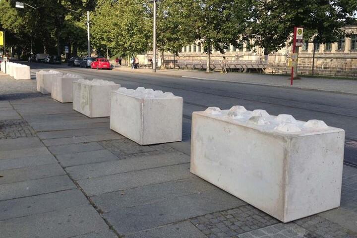 1400 solcher Betonklötze werden an den Zufahrten des Festgeländes aufgestellt, um Amokfahrten, wie in Nizza zu verhindern. Die Dresdner Polizei spricht dabei von Nizza-Sperren.