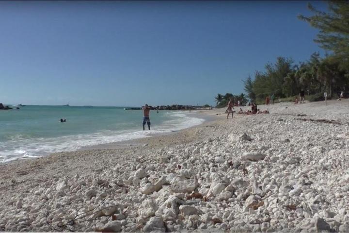 Nahe diesem idyllischen Strand wurde das Schild entdeckt.