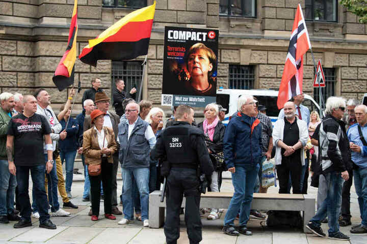 Rechte Demonstranten machten am 15. Juli gegen einen Merkel-Besuch mobil.