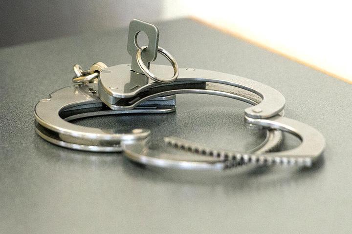 Ermittlungen wegen Körperverletzungen, Beleidigung und Widerstand gegen Vollstreckungsbeamte laufen.