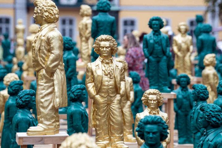 Lächelnde Beethoven-Statuen, ein Kunstwerk des Konzeptkünstlers und Bildhauers Ottmar Hörl, stehen auf dem Münsterplatz in Bonn.