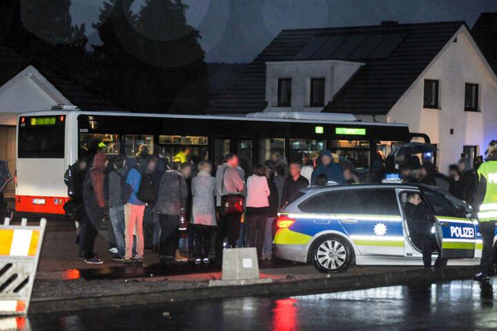 Die Eltern konnten die Schüler aus den Bussen abholen.