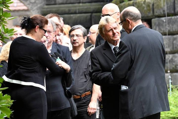 Unter den Trauergästen: Hans Jürgen Beyer mit Roderich Schmidt (re) und li: Tochter Susanne.