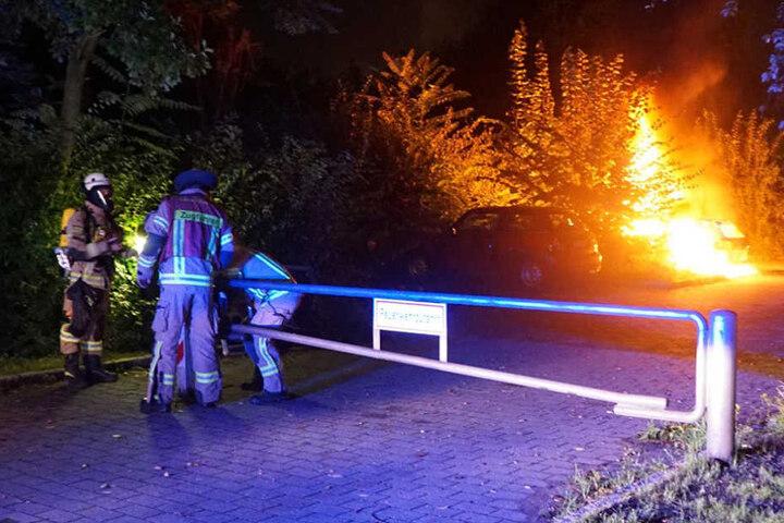 Als die Feuerwehr eintrief, scheiterten die Rettungskräfte beim Öffnen der Feuerwehrzufahrt.