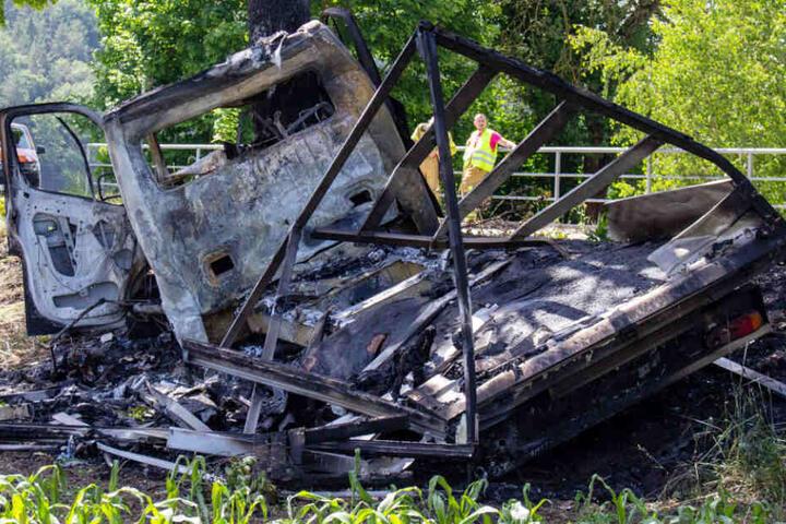 Ein Lkw-Fahrer wurde bei einem Unfall bei Göttschlag in Bayern schwer verletzt.