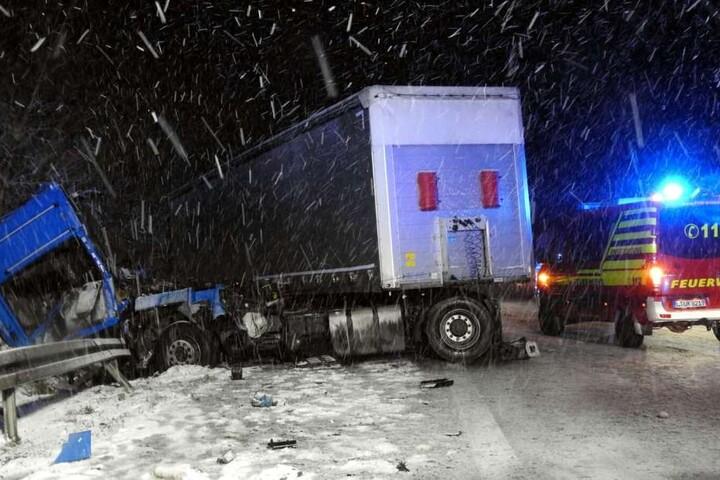 A14: Zwei Brummifahrer kamen sich beim Überholen zu nahe und wurden auf spiegelglatter Fahrbahn bei Schneesturm und schlechter Sicht in die Böschung gedrückt.