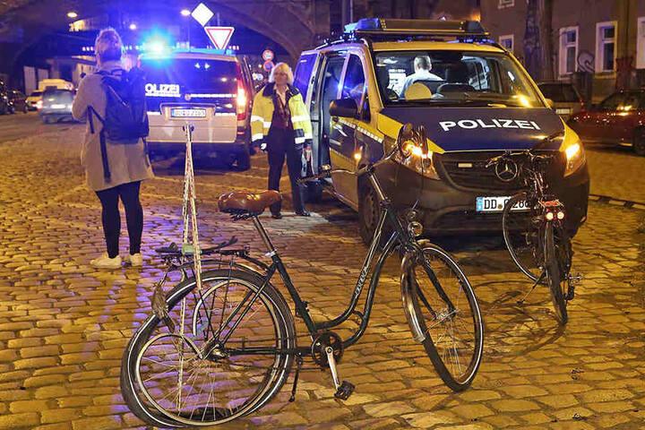 Die Fahrradfahrerin wurde bei dem Unfall schwer verletzt, ihr Begleiter leicht.