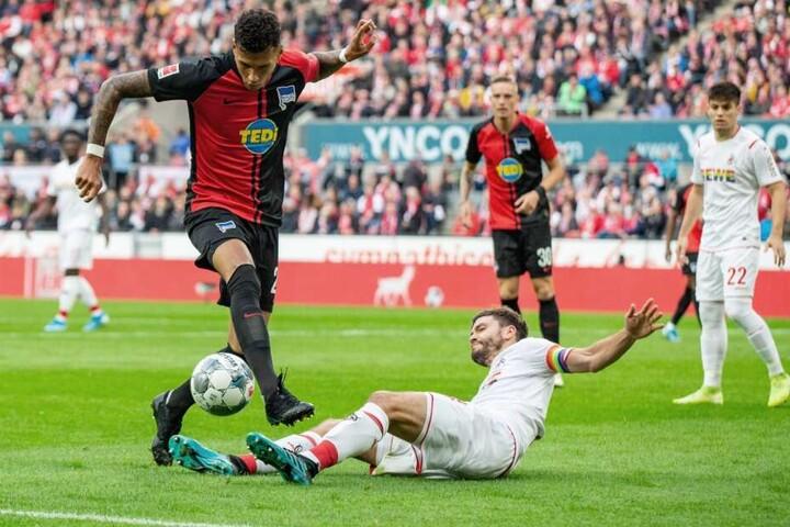 Berlins Davie Selke (l) im Zweikampf mit Kölns Jonas Hector.