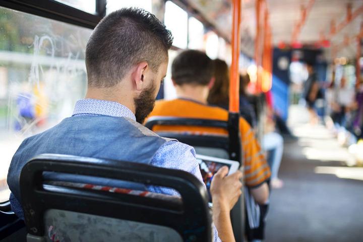 Glücklicherweise befanden sich zum Zeitpunkt des Zusammenstoßes keine Fahrgäste in der Straßenbahn (Symbolbild).