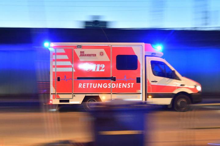 Der Rettungswagen brachte die Frau noch in ein Krankenhaus. (Symbolbild)
