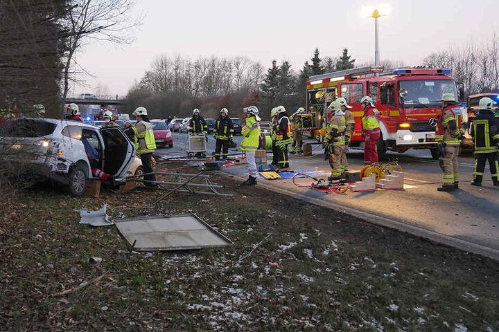 Zahlreiche Rettungskräfte sicherten die Unfallstelle.