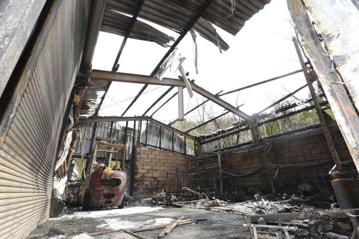 In Plauen ist in der Nacht zu Karfreitag eine Fahrzeughalle ausgebrannt.