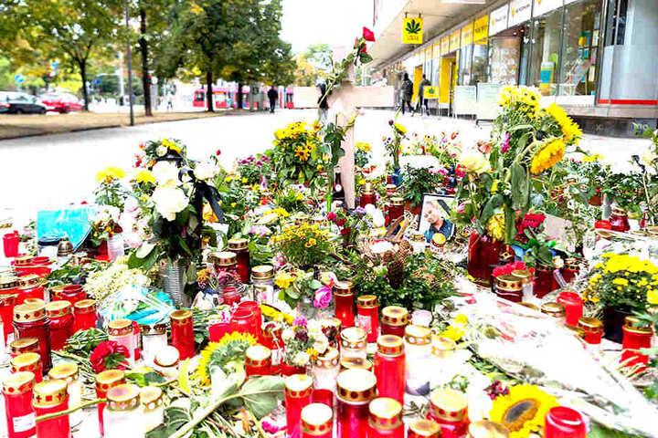 Noch immer wird der Tatort in Chemnitz von zahlreichen Blumen, und Kerzen geschmückt. Eine 35 Jahre alte Person war hier in der Nacht zum vergangenen Sonntag mit Messerstichen getötet worden.