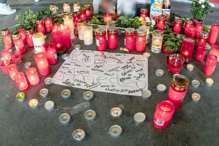 Angehörige und Freude verliehen ihrer tiefen Trauer am Ort der Tragödie Ausdruck. (Archivbild)