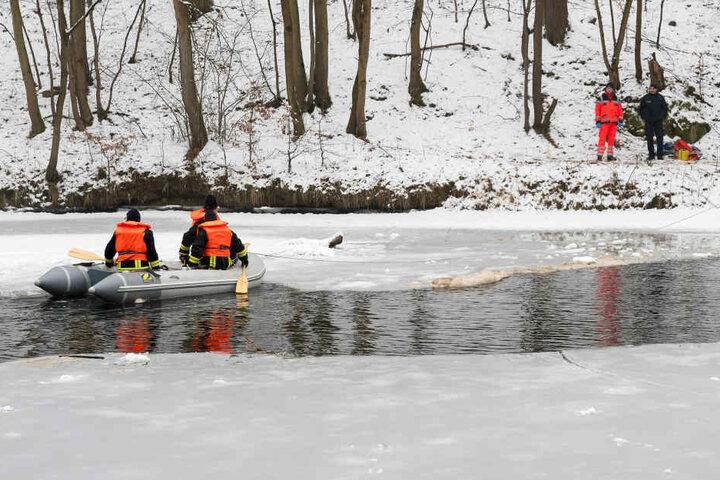 Einsatzkräfte suchen nach der vermissten Frau auf der Zwickauer Mulde.