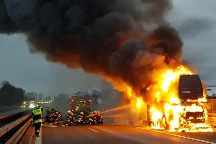 Dichter Rauch und Flammen: Die Feuerwehr musste auf der Autobahn 3 einen Transporter löschen.