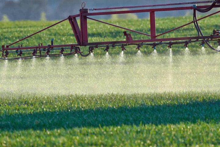 Nun muss Arnd Mothes Nachschub für den Pflanzenschutz auf seinen Feldern besorgen.