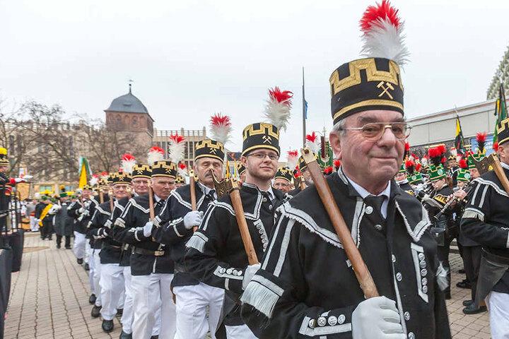 An der Bergparade der Bergbruderschaften nehmen etwa 1000 Uniformträger und Musiker teil.
